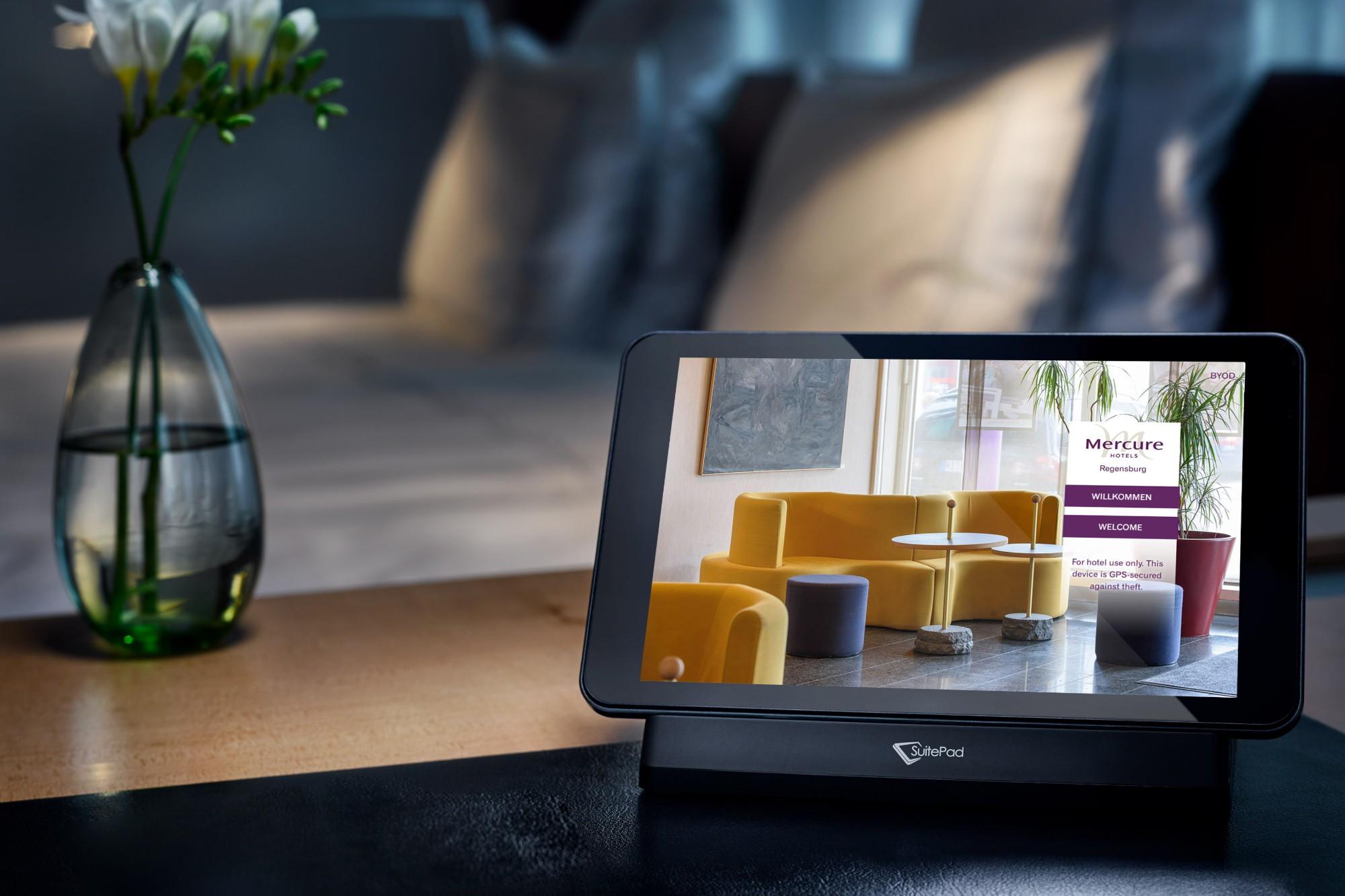 Digitale Gästekommunikation im Hotelzimmer mit SuitePad Tablet